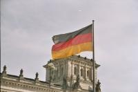 Deutschlandfahne vor dem Berliner Reichstag